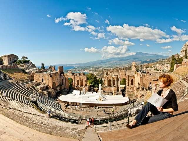 ギリシャ劇場 女性と上からの眺め