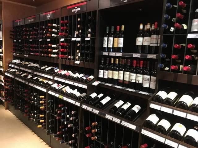 ワインがずらりと並ぶ店内