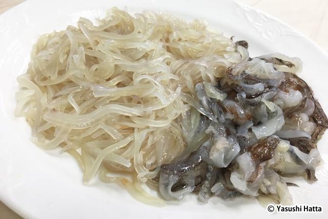 オジンオフェ(イカの刺身)。市場で買ったイカをさばいてもらう