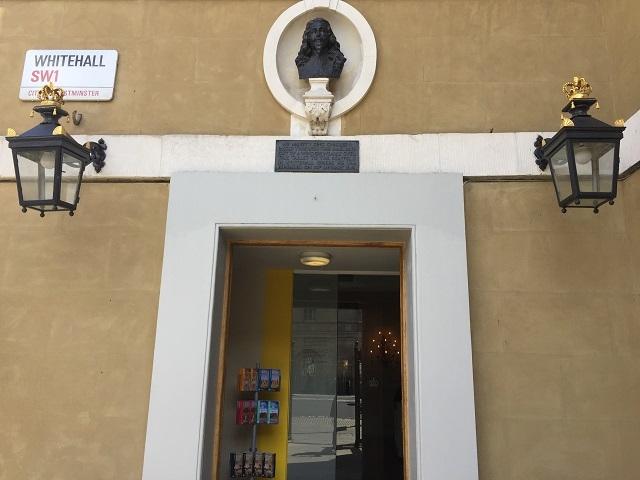 入口に掲げられたチャールズ1世の像