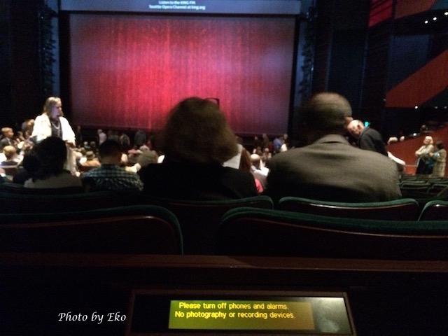 舞台上の字幕が見えにくい席には前座席の背にポータブルが