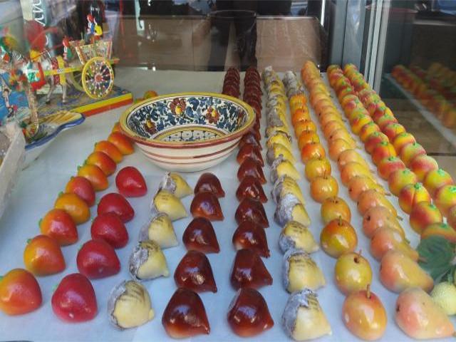 ウィンドウに飾られる色とりどりのシチリアの伝統菓子