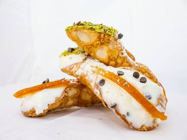 ビスケット生地にリコッタチーズなどのクリームを詰めたお菓子