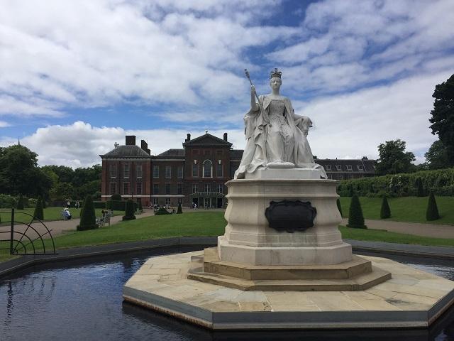 入り口手前にある、若き日のヴィクトリア女王像