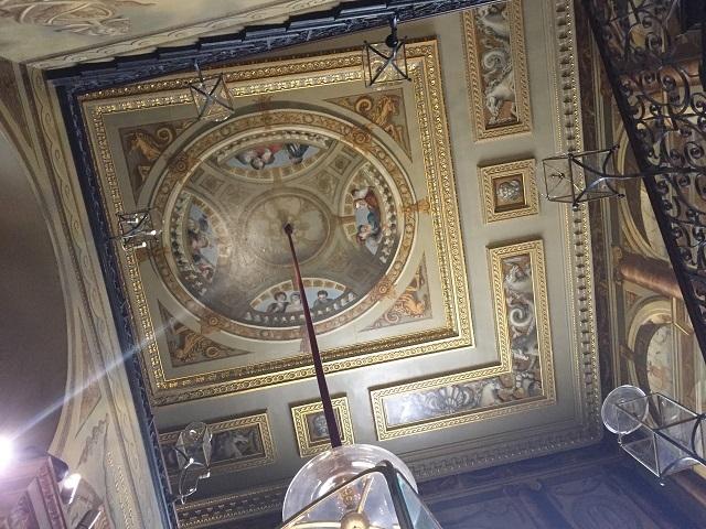 階段や各部屋などの天井も華麗