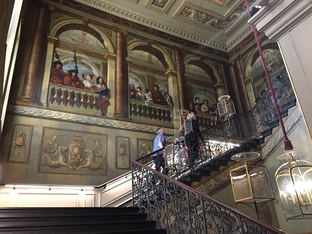 宮廷人たちに見物されているような絵画がユーモラスな階段