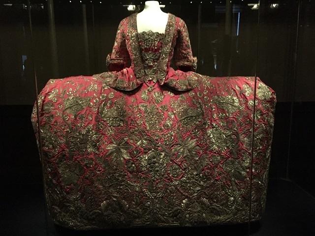 かつては最高級ロイヤル・ファッションだったドレス