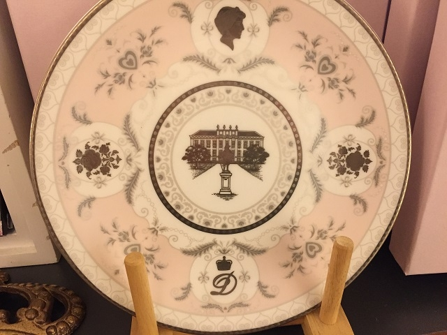 「D」のイニシャルとダイアナ元妃シルエットの絵皿