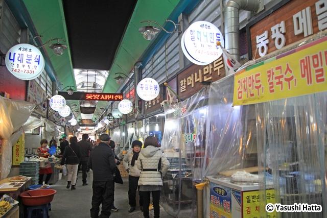 中央市民伝統市場のメイン通り。両脇にキムチ餃子の店が並ぶ