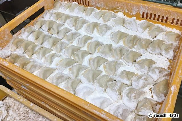 蒸す前のマンドゥ。半月状にヒダなしでパタンと折り畳まれている