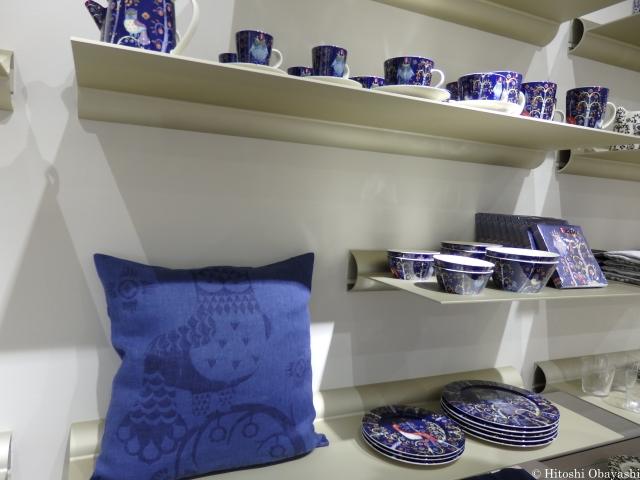 イッタラの店内に並ぶアラビア社製の陶磁器