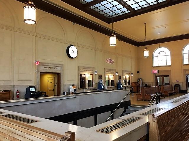 ランカスター駅構内のチケット売り場と乗客の待合室