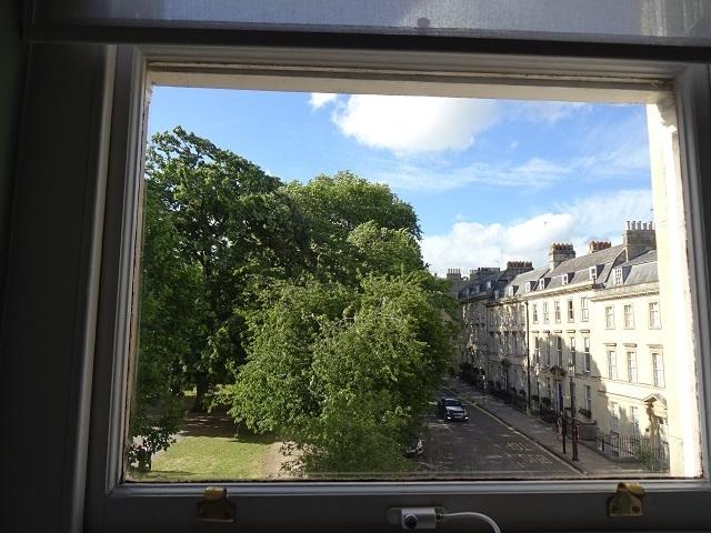 部屋の窓から眺めたバースの街並と公園
