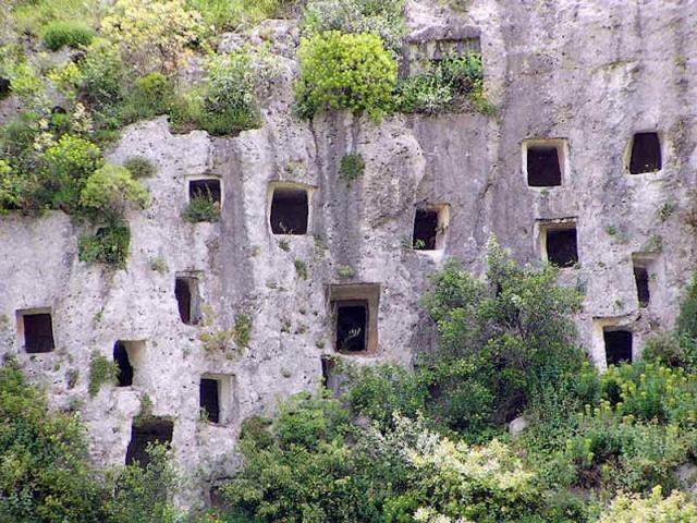 パンタリカの岸壁墳墓群