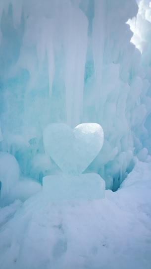 陽射しに輝く氷のハート