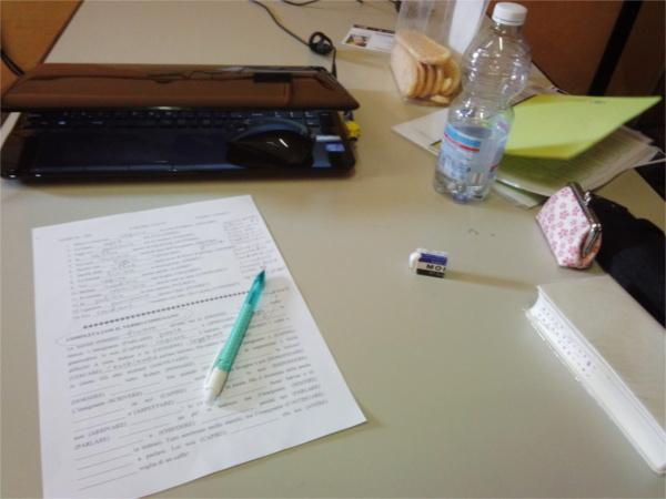 宿題のお供はPCと辞書とお菓子