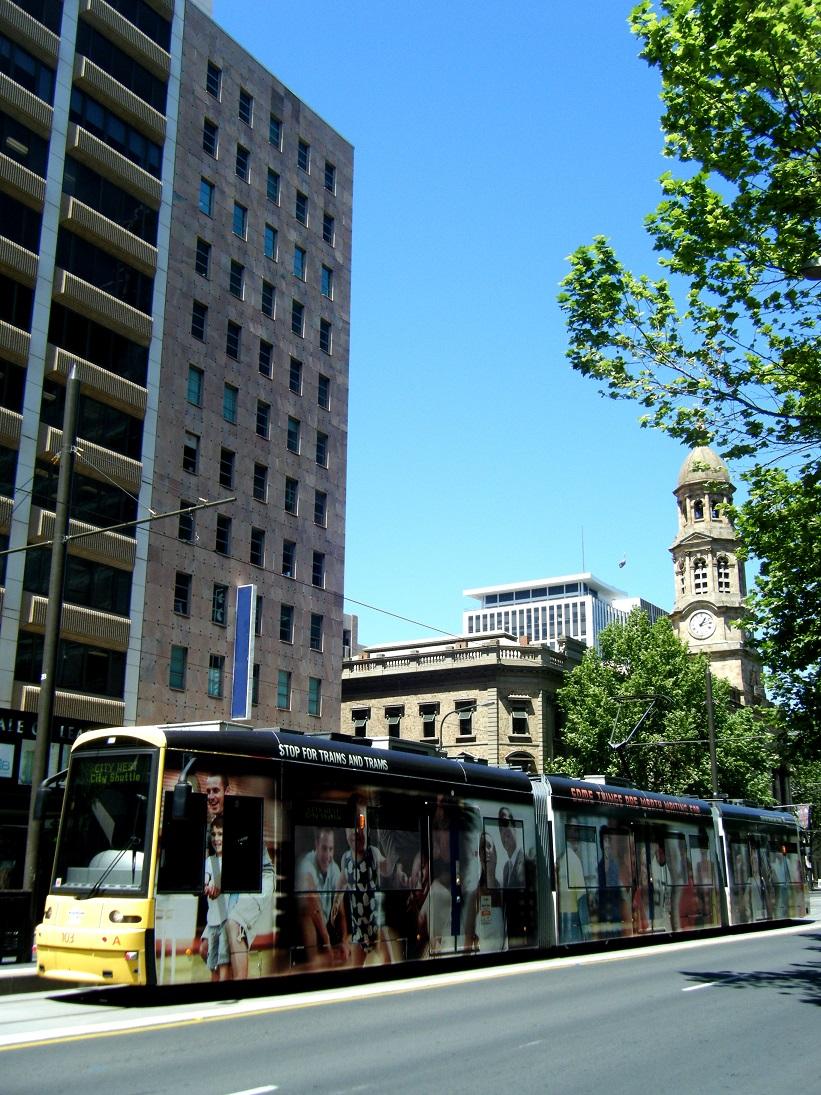 バスと建物