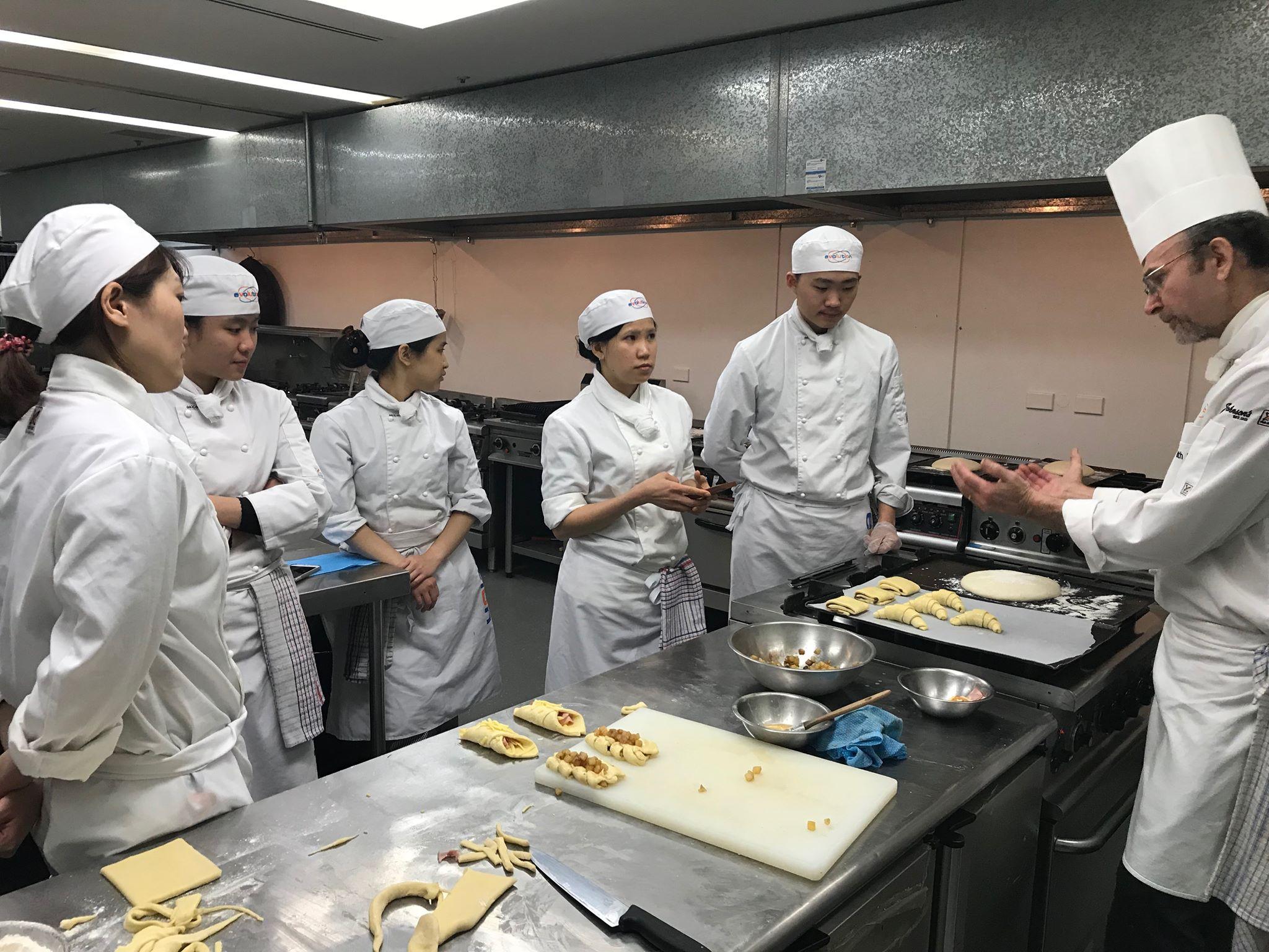 プロのトレーナーから学ぶ洗練された技術はパティシエとして働く際に大変役立ちます
