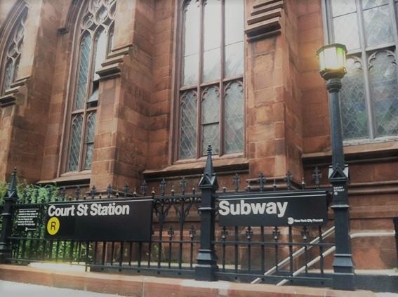学校のすぐそばには地下鉄の駅