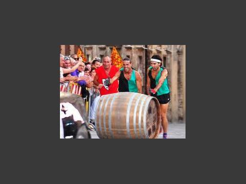8月の伝統的な樽レース