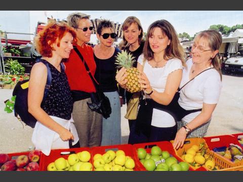 マーケットで野菜や果物の名前を覚えましょう。