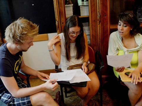 会話力を重視し、リラックスした雰囲気の中で楽しく学べる授業風景