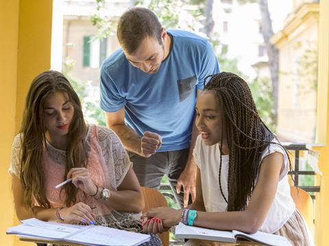 質の高い教師陣がさまざまな教材を使い学生のレベルアップを目指す授業