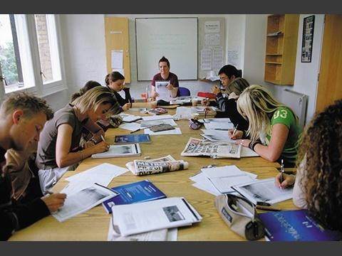 長期研修の方はケンブリッジ英語検定試験合格を目標に真剣に勉強!