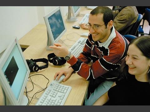PCルーム:休み時間や放課後に利用できます。