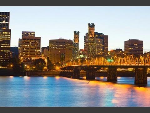 オレゴン州、ポートランドのホーソーン橋からウィラメット川をのぞむ。