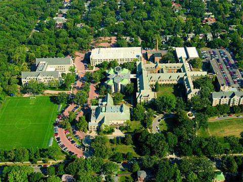 ELSシカゴは、美しいドミニカン大学の一角にあります。
