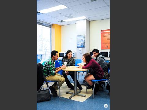 共有スペースで休憩する生徒たち