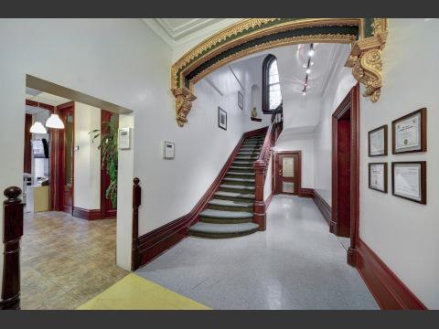 天井の高い階段ホール