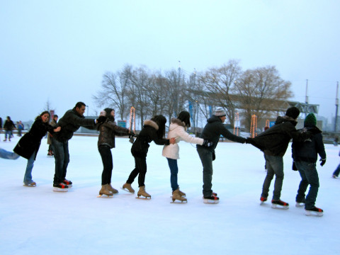 港近くのリンクでアイススケート