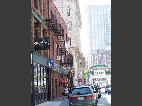 ボストン校ビル外観、金融地区とチャイナタウンが近くにあります