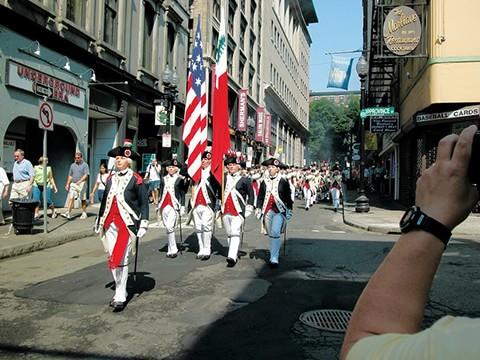 ボストン街を行進するパレード