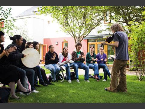 中庭でアイルランド音楽の体験アクティビティー