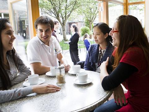 ゆったりとくつろげる中庭と食堂で生徒同士の交流も深めます